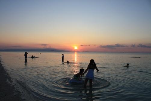 コンドイビーチの夕日 海遊び1.jpg