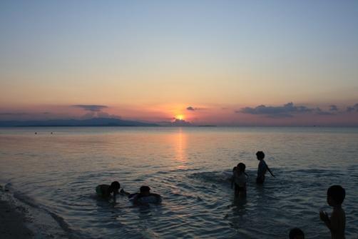 コンドイビーチの夕日 海遊び2.jpg